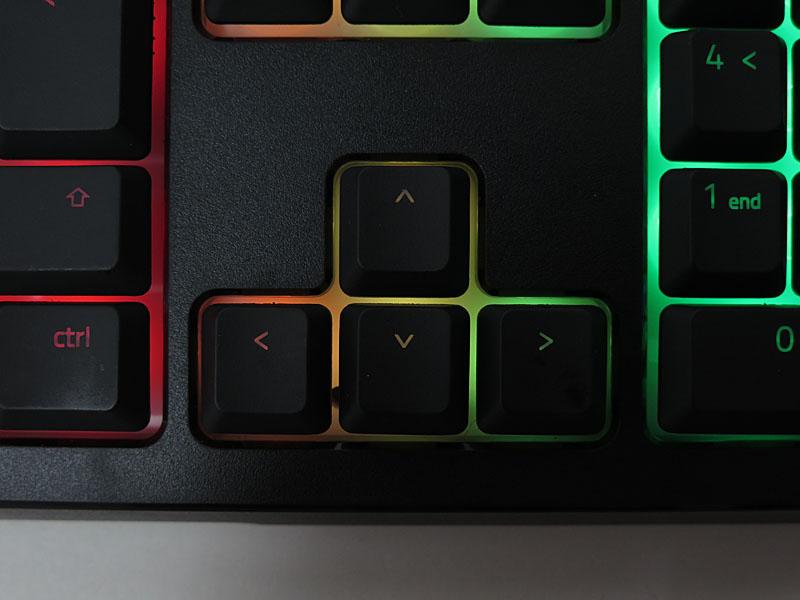 キートップはキー刻印を除いて光を透過しない。一方ベースは光を透過し、幻想的なライティングを作り出す