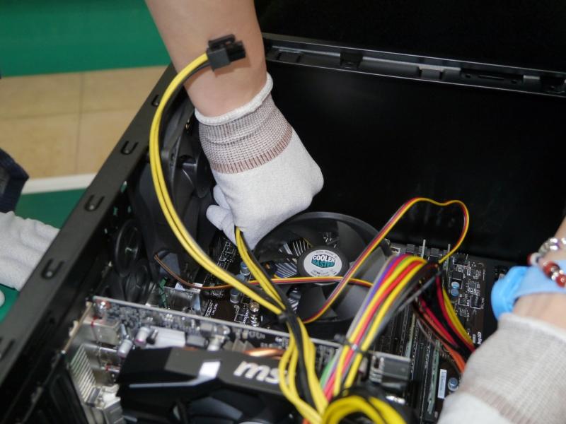 補助電源コネクタやオーディオケーブル、USBケーブルなどを次々と接続