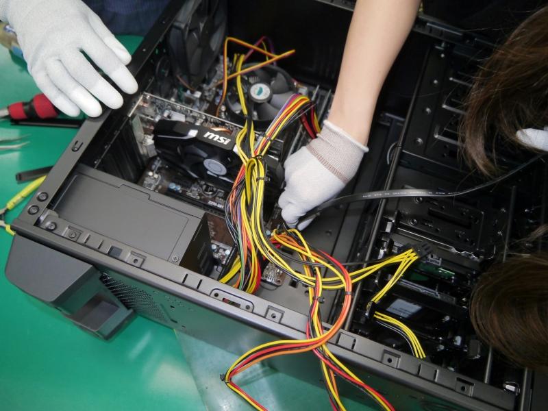 SATAケーブルで、ODDとHDDをマザーボードに接続