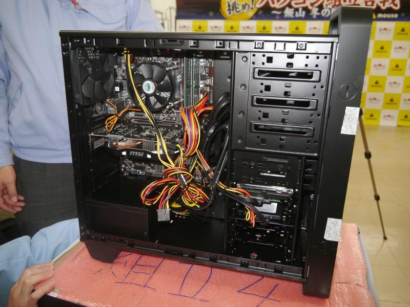 電源が逆向きに接続されていることや、ケーブルをビデオカードの下の穴を通すことなどが指摘され、組み直しの指示が