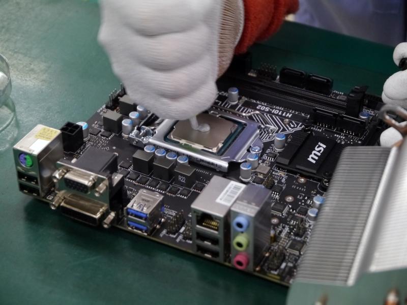 CPUにグリスを塗布