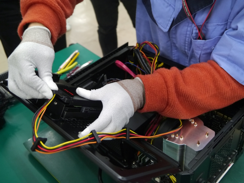 内カバーに搭載したSSDを装着して、ケーブルを繋ぐ