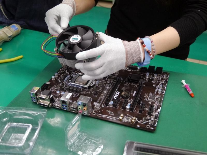 CPUクーラーの取り付ける作業