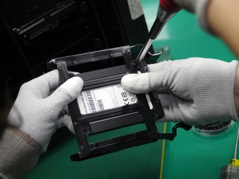 続いてSSDをマウンターに取り付ける