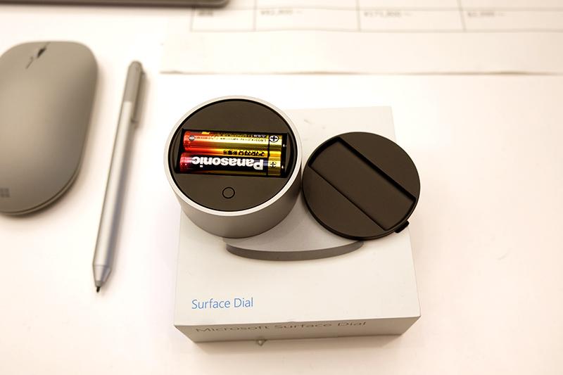 Surface DialはBluetooth接続で単4型電池2本で動作。回転させた際のホイールノッチ再現や、長押し時にはフィードバックがある。裏面は磁石などではなく吸着素材を採用