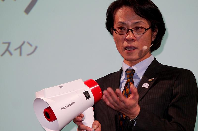 メガホンヤクを手にするパナソニック 東京オリンピック・パラリンピック推進本部の北尾一朗副本部長