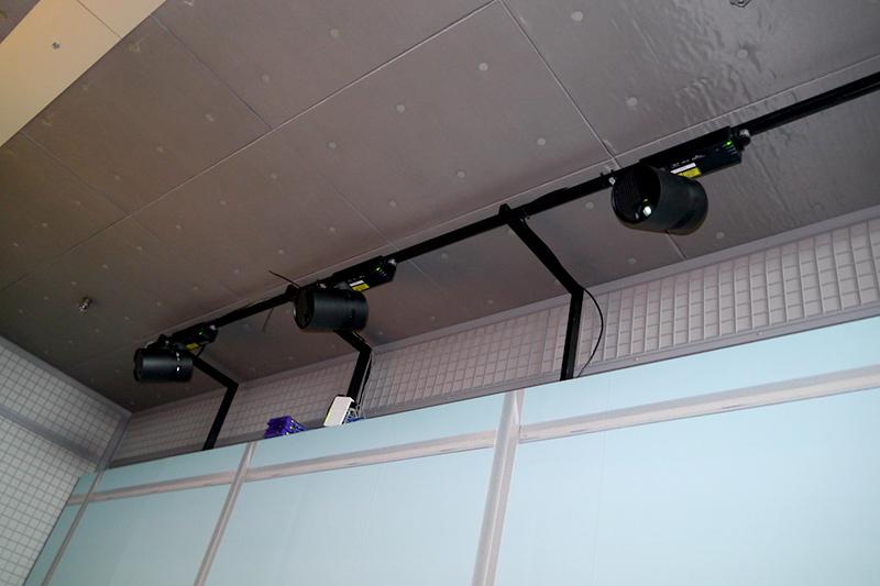 建材プロジェクション。3台のスペースプレーヤーで建材の表面に直接投影する