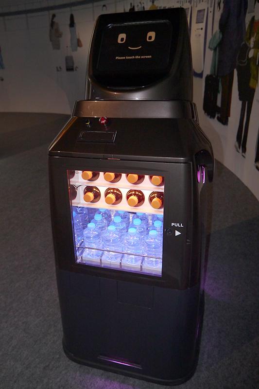 HOSPIドリンクサーブII。飲み物を搭載して移動するロボット