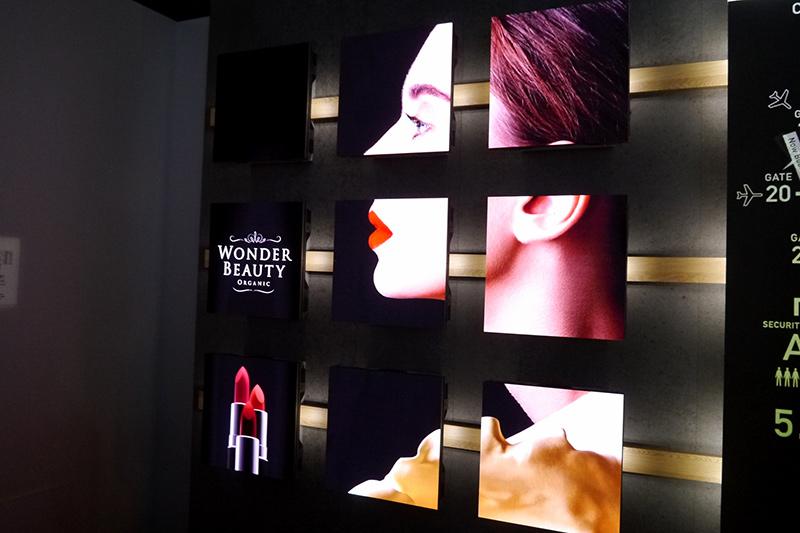 モジュールサイネージ。複数の映像装置をモジュール化したサイネージ。分類した形で細かい情報を表示する