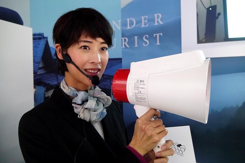 日本語を英語、中国語、韓国語に翻訳して伝えてくれるメガホンヤク。2016年12月から発売され、成田空港などに導入されている