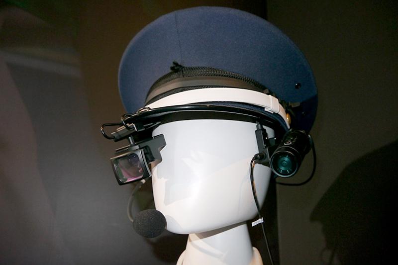 ウェアラブル点検ソリューション。ヘッドマウントディスプレイ、ウェアラブルカメラ、骨伝導ヘッドセットの組み合わせ
