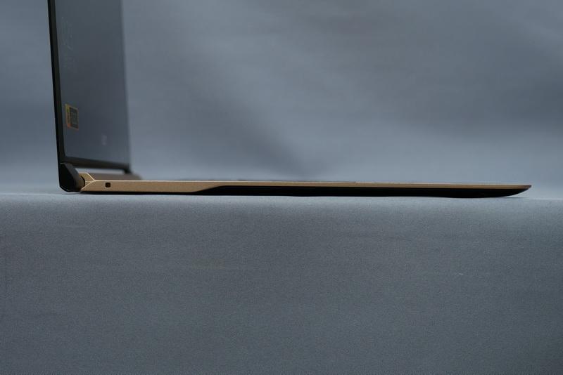 本体部も、一般的なノートPCの液晶部同等程度の高さしかない