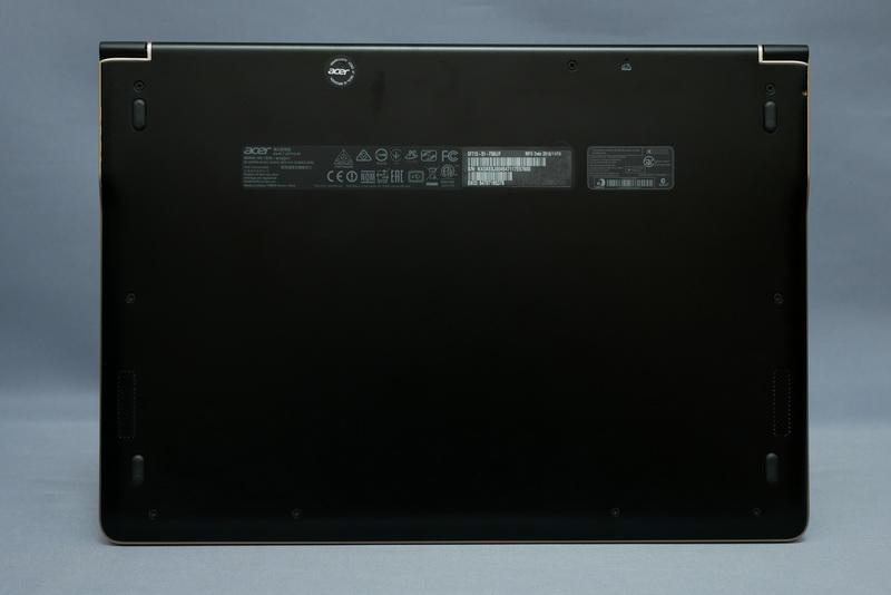 底面もカラーはブラック。筐体はアルミニウム合金の一体成型で、吸気・排気口などのスリットがなくデザイン性に優れる