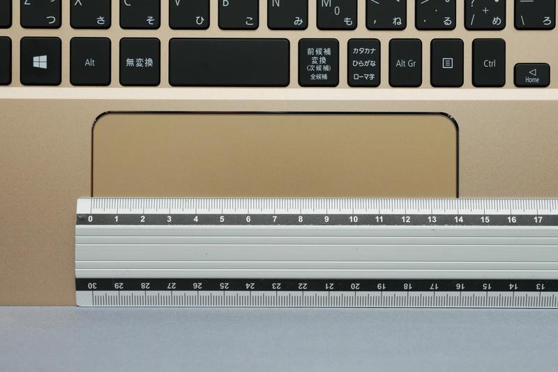 横幅は実測で140mmほど。ジェスチャー操作対応で扱いやすいが、クリックボタンの位置には慣れが必要