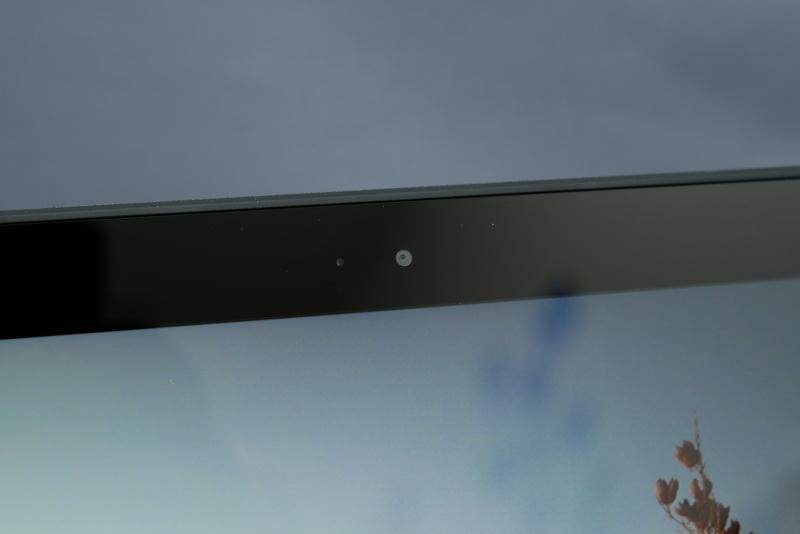 液晶上部にはHD Webカメラを搭載