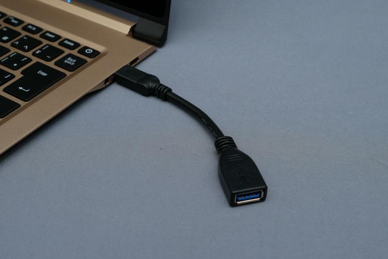 一般的なUSB周辺機器の利用には変換ケーブルが必要。メモリカードスロットもなくやや不便