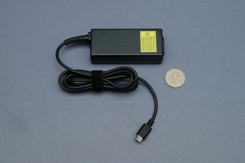 付属のACアダプタはUSB Type-Cポートに接続するタイプ
