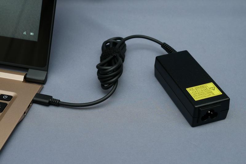 奥のUSB Type-Cポートが充電対応ポートとなる