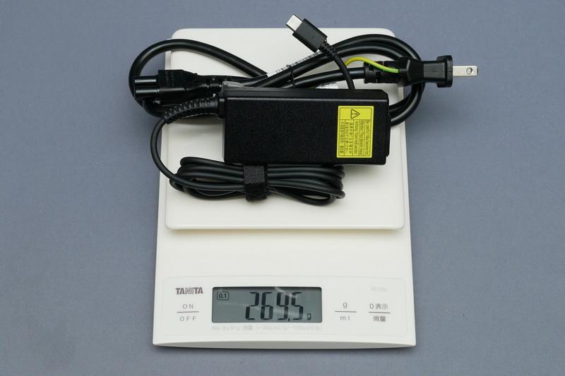 ACアダプタの重量は、付属電源ケーブル込みで実測269.5gだった