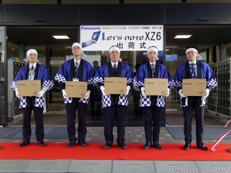 出荷するレッツノート XZ6を持つITプロダクツ事業部幹部