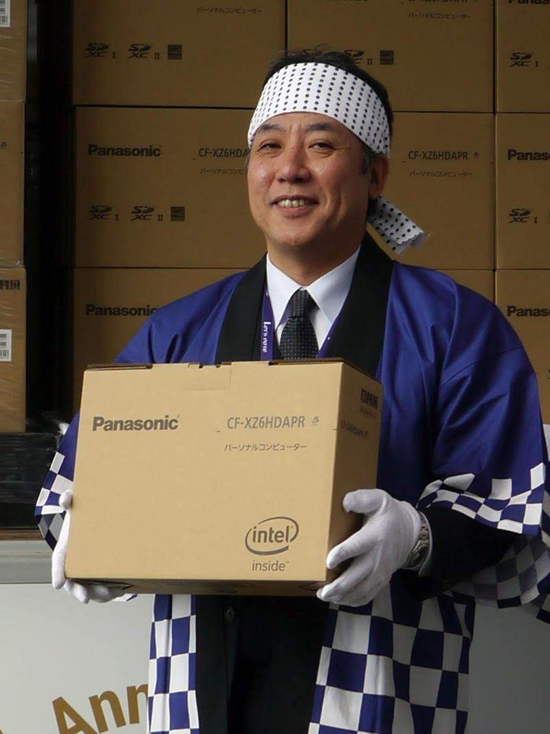 レッツノート XZ6を持つ坂元事業部長
