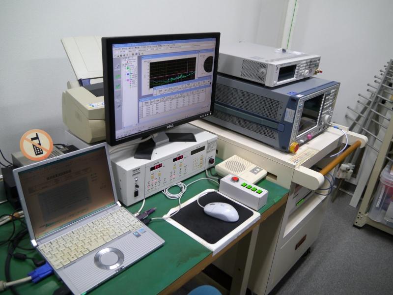 各国の基準に合うように電波暗室で測定する