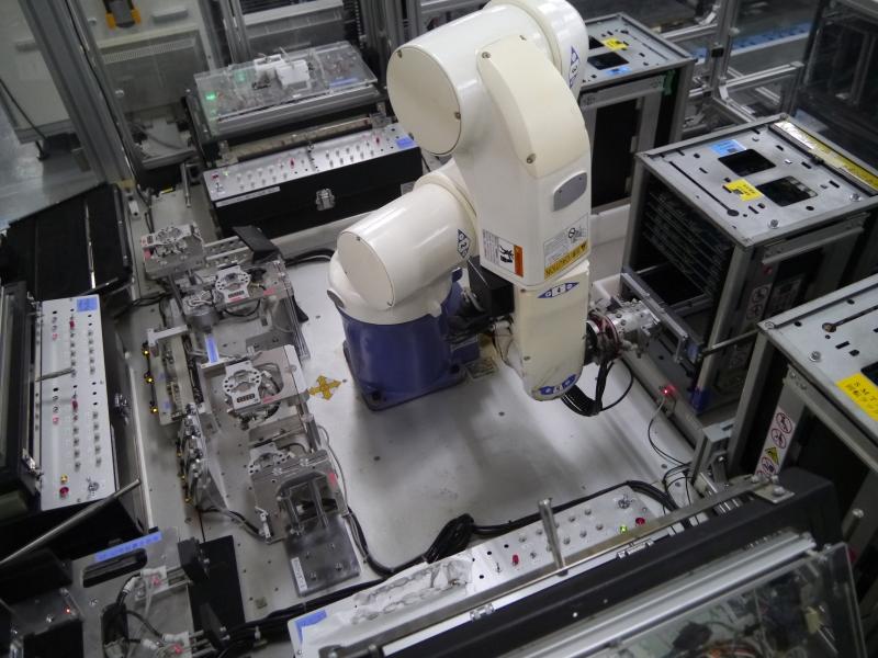 検査工程においてはロボットを活用して省人化を図っている