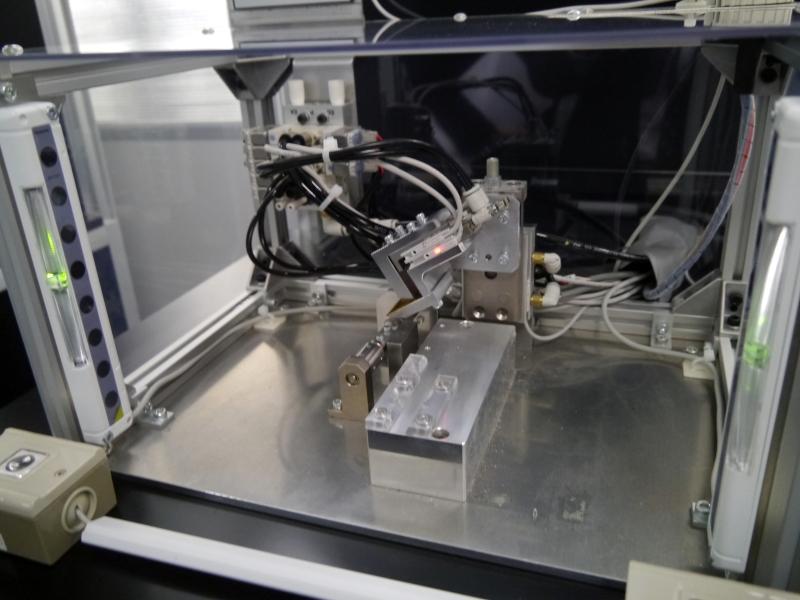 フレキの折り曲げの自動化マシン