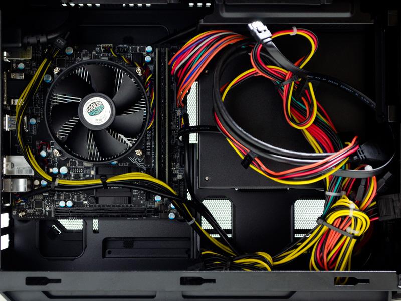 マザーボードと電源ユニット。拡張バスはPCI Express3.0 x16が1本とシンプル。電源ユニットは450W 80PLUS STANDARD。マザーボードはケーブルでロゴが隠れているが、MSI製(H110I-S02)だ