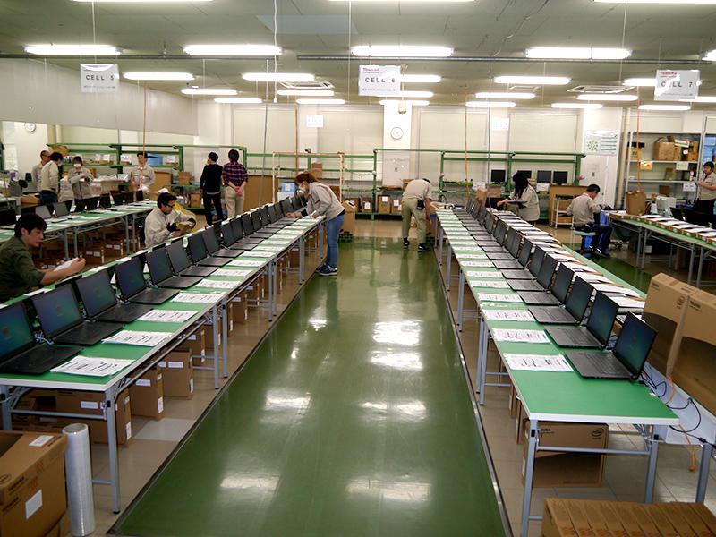 左右の机に置かれた20台ずつのPCが同じ作業が行なわれる