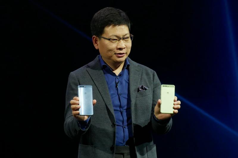 P10とP10 Plusを発表する、Huaweiのコンシューマー・ビジネス・グループCEOのリチャード・ユー氏