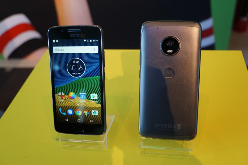 Motorola Mobilityが発表したMoto G5(左)とMoto G5 Plus(右)