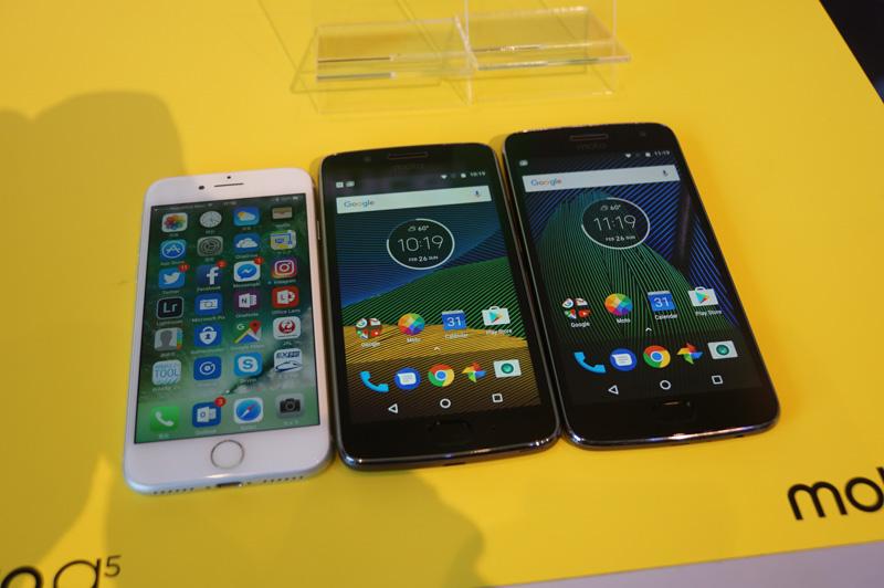 iPhone7(左)とMoto G5(中央)とMoto G5 Plus(右)