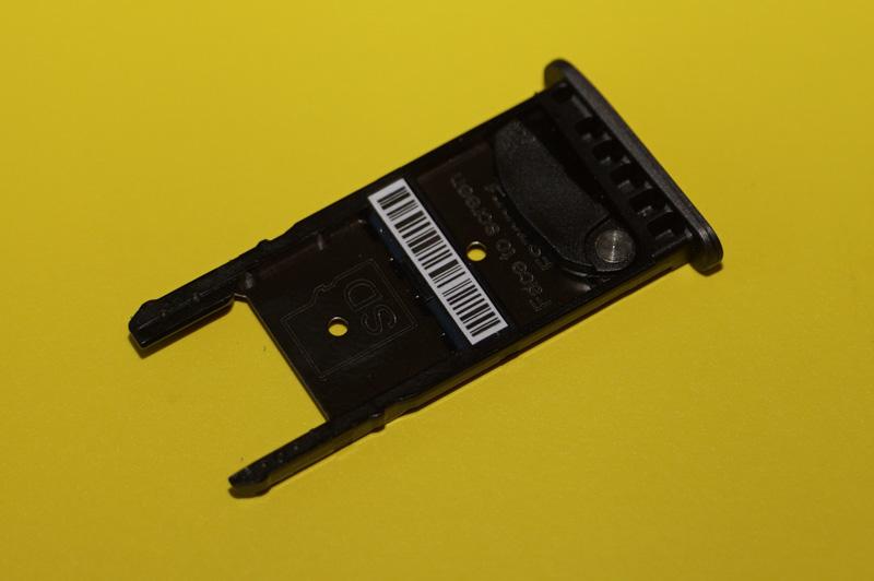 カードスロットの表面、microSDカードスロットがある