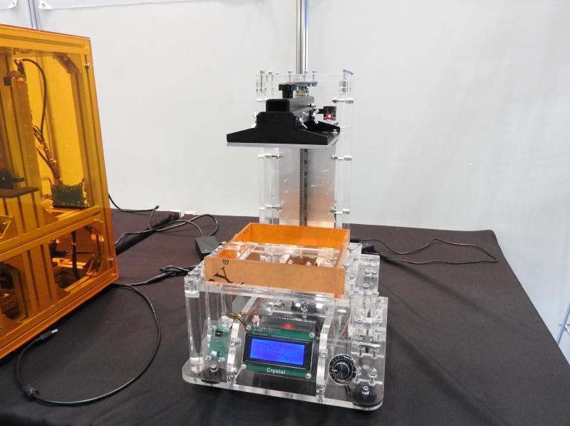 光造形方式のパーソナル3Dプリンタ「Crystal」。組立キットとして販売される予定で、価格は1,500ドル程度とのことだ