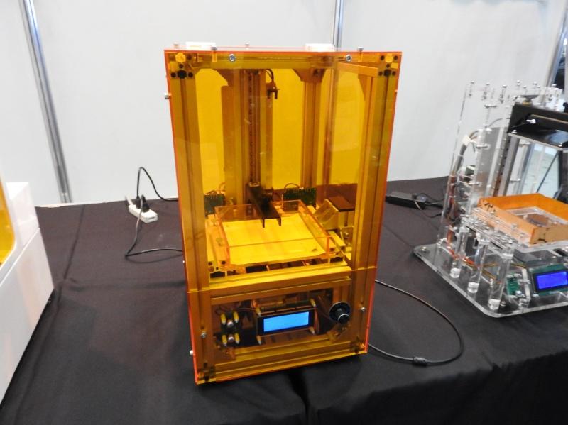 光造形方式のパーソナル3Dプリンタ「Amber」。こちらも組立キットとして販売される予定だ
