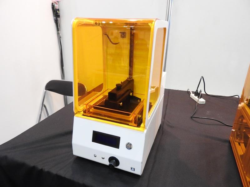 光造形方式のパーソナル3Dプリンタ「Pearl」。こちらは完成品で、価格は2,000ドル程度とのことだ