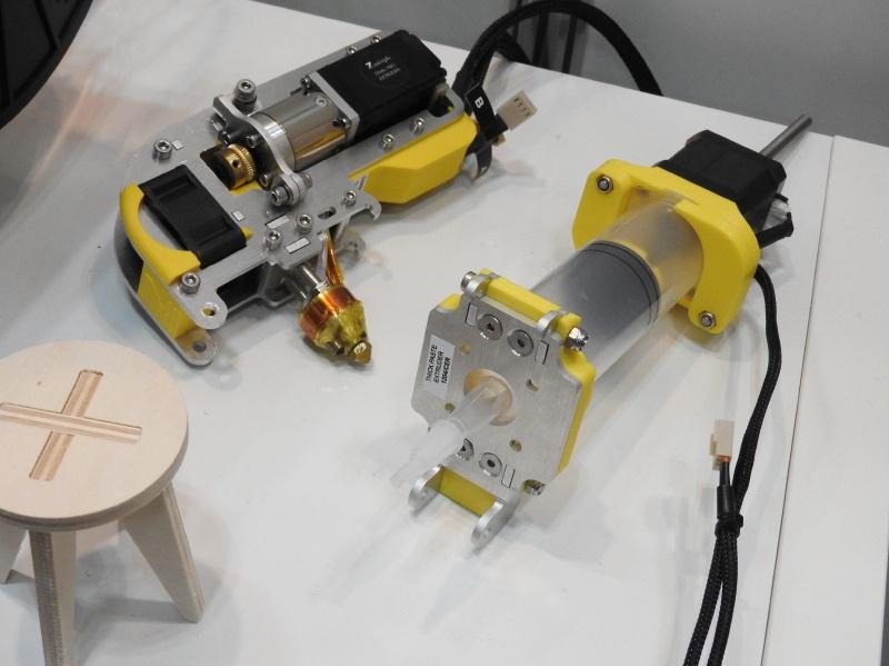 左は、Dual Proエクストルーダーヘッドで、2つの材料を使って出力が可能。右は、ペースト状の材料を使うためのヘッドである