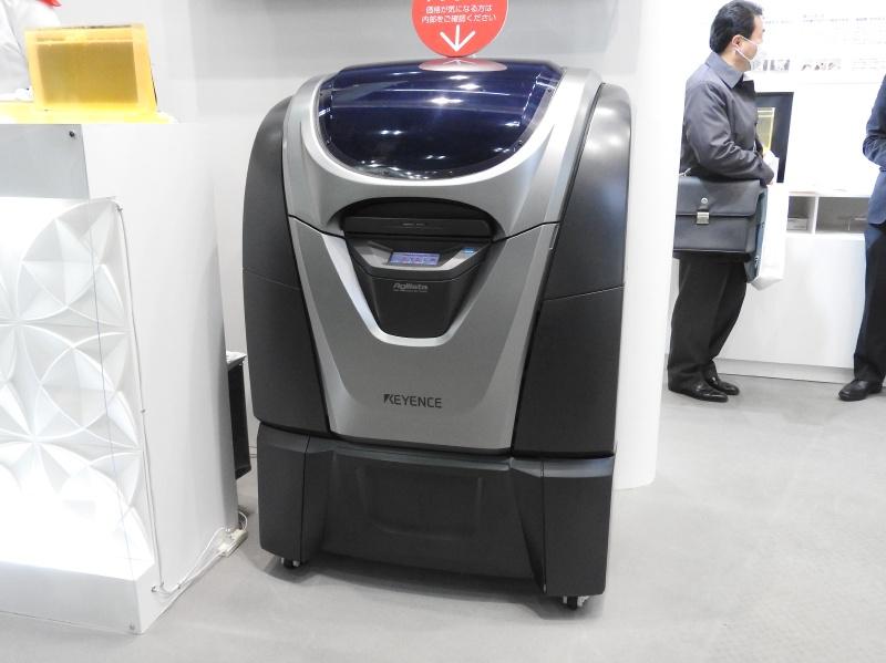 キーエンスのブースで展示されていたインクジェット方式の業務用3Dプリンタ「AGILISTA-3000」