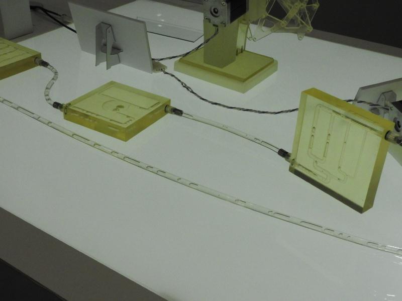 AGILISTA-3000の出力例。樹脂は透明で、中に水を流すデモを行なっていた