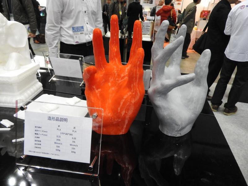 Raise3D N2での出力例。左の赤色の手は積層ピッチ0.15mm、右の灰色の手は積層ピッチ0.25mmである