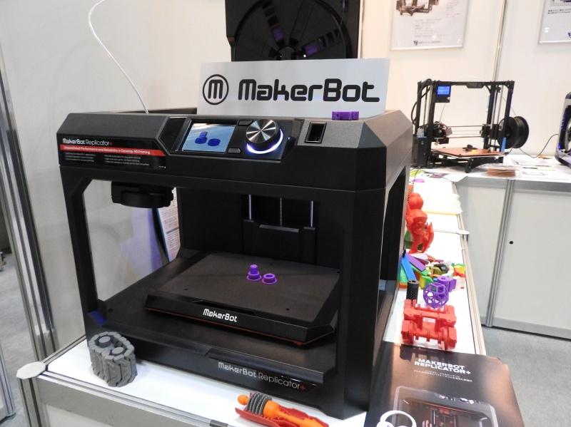 日本バイナリーのブースに展示されていたFDM方式のパーソナル3Dプリンタ「MakerBot Replicator+」