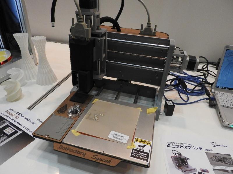卓上型PCBプリンタ「Squink」。導電性インクや導電性接着剤を使って基板上にパターンをプリントできる