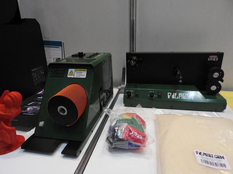 日本バイナリーのブースに展示されていた3Dプリンタ用フィラメント製造機「FliaBot EX2」