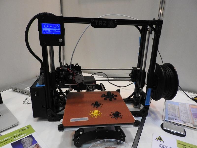 日本バイナリーのブースに展示されていたFDM方式のパーソナル3Dプリンタ「Lulzbot TAZ 5」。積層ピッチは最小0.075mmと小さく、ノズル温度も最高300℃まで上げられる