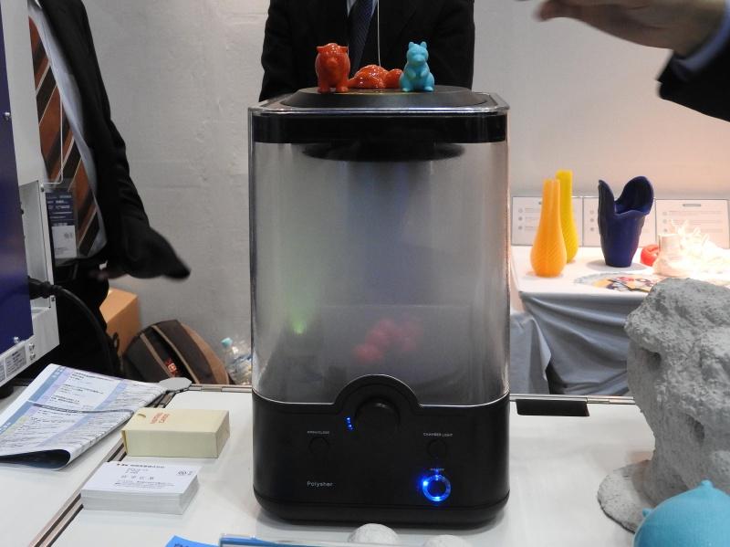 Polymakerのブースで展示されていた「Polysher」。アルコールミストにより、FDM方式の3Dプリンタの出力物の積層跡を滑らかにする装置である