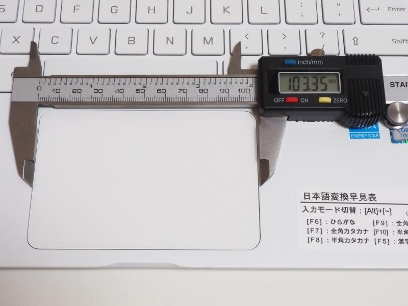 タッチパットは実測103×69mm(幅×奥行き)。狭さを感じずに3本指ジェスチャーなども利用できる