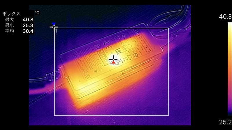 13.3型に接続されたACアダプタの最大温度は40.8℃