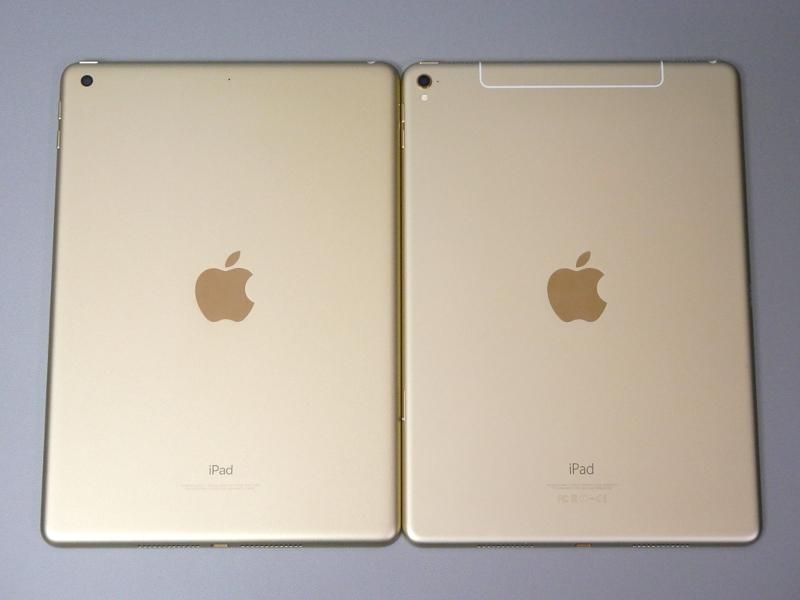 裏面。比較に使っているiPad Pro 9.7(右)はWi-Fi+Cellularモデルであるため上部のアンテナ部分が若干異なっているが、その他はほぼ同一。後述するがカメラ部分の段差が本製品にはない