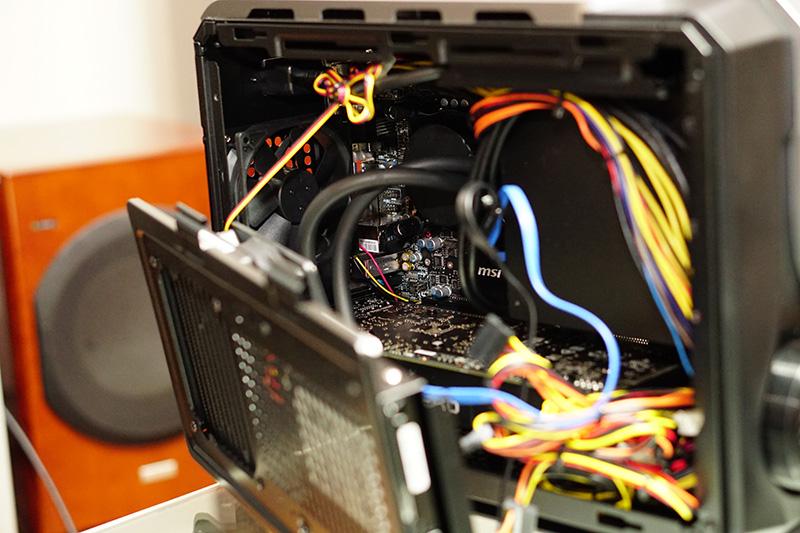 CPUクーラーに液冷を採用することで、GeForce GTX 1080も収納可能としている
